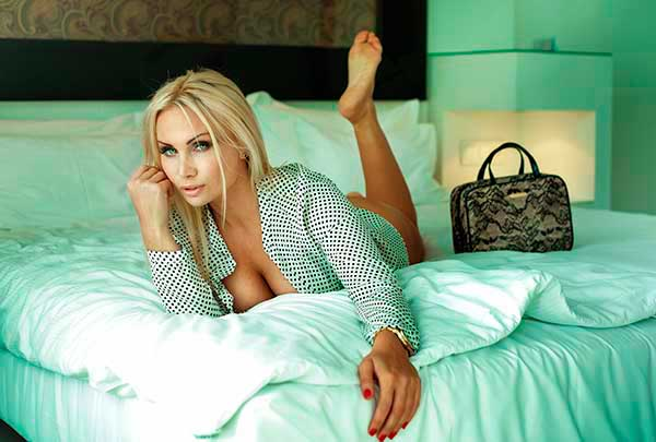 satisfazer mulheres coroas na cama